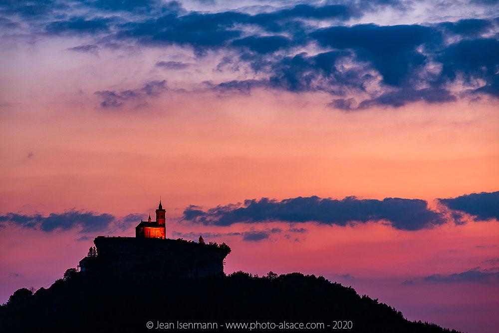 Le rocher de Dabo et la chapelle Saint-Léon au crépuscule