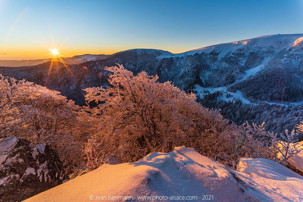 Lever de soleil en hiver sur le Hohneck vue depuis les Trois Fours