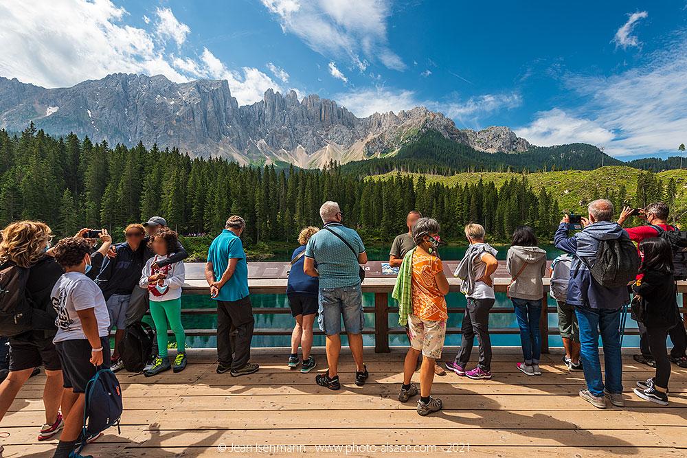 La foule de touristes en journée au lac de Carezza dans les Dolomites.