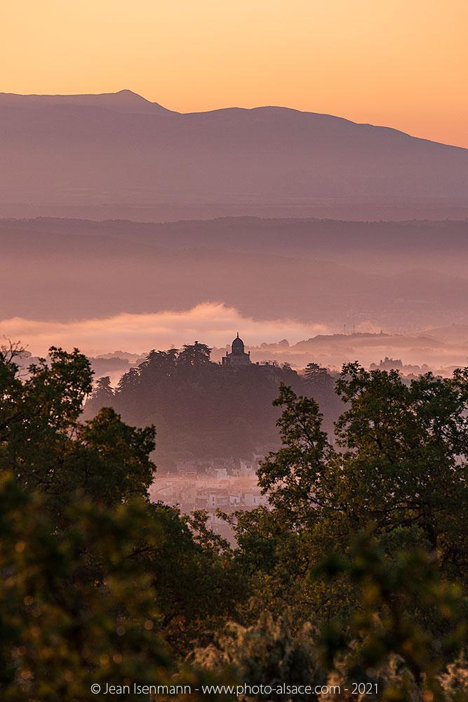 Forcalquier dans le Luberon au lever de soleil